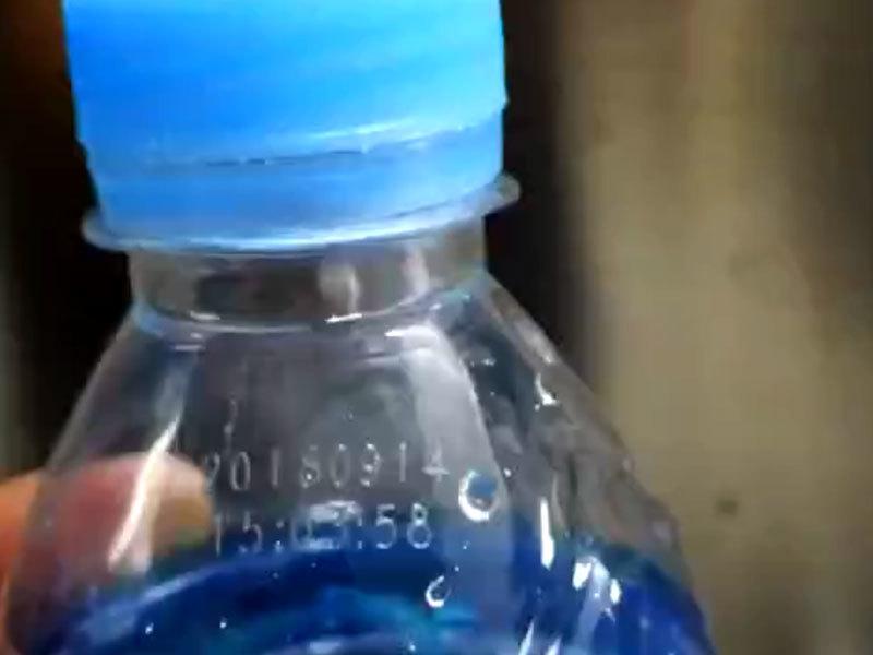 Aplicación de la impresora láser de CO2 en la industria de botellas de agua mineral.